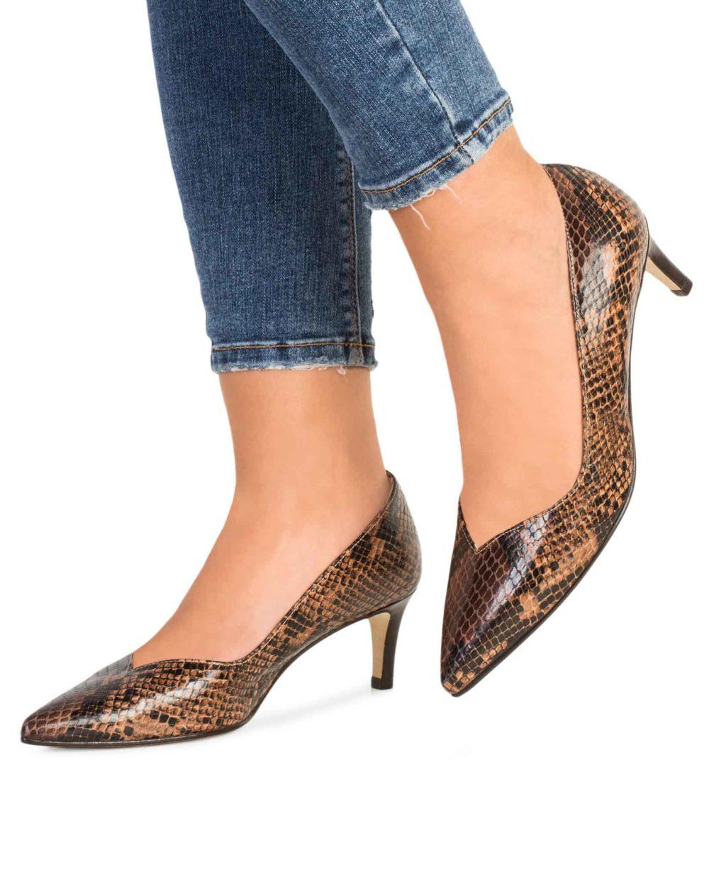 Zapatos de salón Paco Gil en serpiente marrón, tacón bajo. Foto con pies